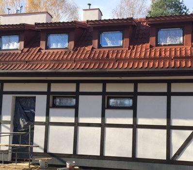 Imitacja drewna na elewacji domu